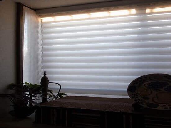 シルエットシェードとタペストリーで出窓の3方向を飾る